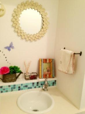 """フレンチカラードアの可愛い""""さくらの見える家""""の部屋 手洗スペース"""