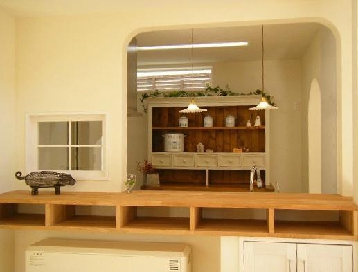 """フレンチカラードアの可愛い""""さくらの見える家""""の部屋 リビングから眺めたキッチン"""