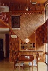 吹き抜けの居間を持つ家