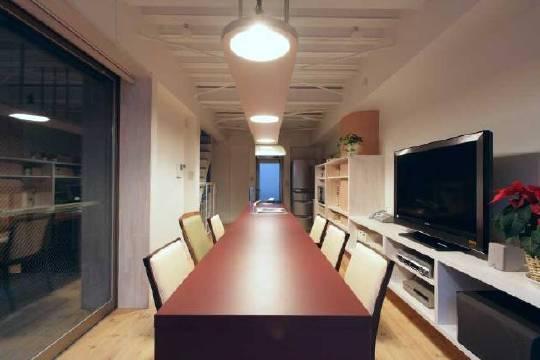 大きなテーブルのある家