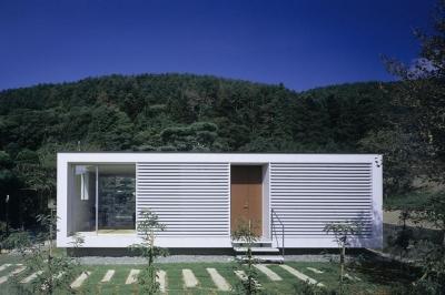 山の麓の小さな家 (白いシンプルな外観1(撮影:日暮雄一))