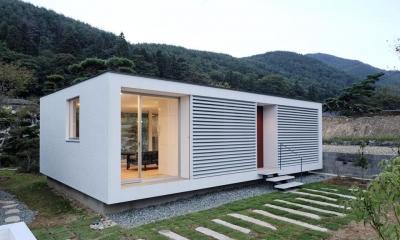 山の麓の小さな家 (白いシンプルな外観2(撮影:日暮雄一))