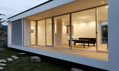 山の麓の小さな家 (庭からリビングを眺める1(撮影:日暮雄一))