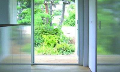 山の麓の小さな家 (どこからでも庭を眺められる(撮影:日暮雄一))