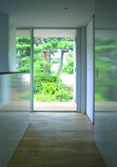 どこからでも庭を眺められる(撮影:日暮雄一) (山の麓の小さな家)