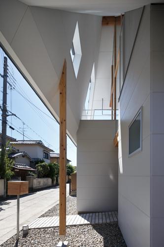 house AAの部屋 玄関-軒下(撮影:KAI NAKAMURA)