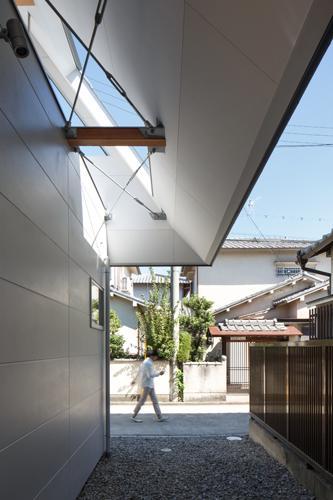 house AAの部屋 個室と大屋根とのスキマ(撮影:KAI NAKAMURA)