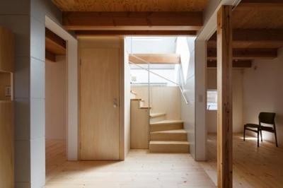 house AA (木のぬくもり感じる階段(撮影:KAI NAKAMURA))