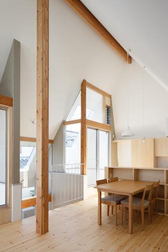 house AAの写真 天井の高いLDK-2(撮影:KAI NAKAMURA)