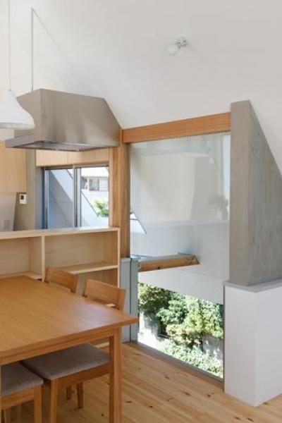 リビングと大屋根とのスキマ(撮影:KAI NAKAMURA) (house AA)