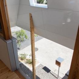 house AA (リビングからエントランスを見下ろす(撮影:KAI NAKAMURA))