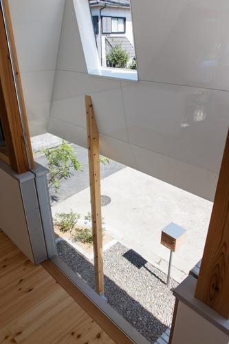 house AAの部屋 リビングからエントランスを見下ろす(撮影:KAI NAKAMURA)