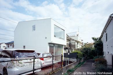 クウハウスの写真 白い外観(撮影:西川公朗)