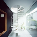 土間から2階に続く螺旋階段(撮影:西川公朗)