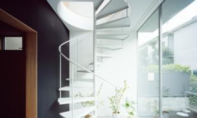 クウハウス (土間から2階に続く螺旋階段(撮影:西川公朗))