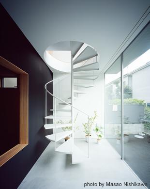 クウハウスの写真 土間から2階に続く螺旋階段(撮影:西川公朗)