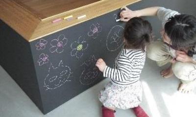 玄関-黒板の壁(撮影:水谷綾子)|クウハウス