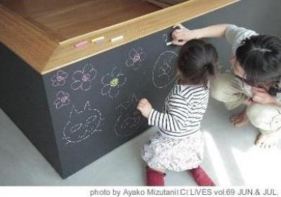 玄関-黒板の壁(撮影:水谷綾子) (クウハウス)