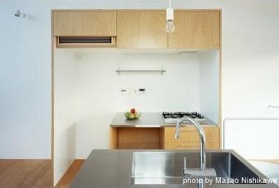 かわいらしい対面式キッチン(撮影:西川公朗) (クウハウス)