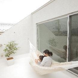 クウハウス (ハンモックが吊るされた屋上テラス(撮影:水谷綾子))