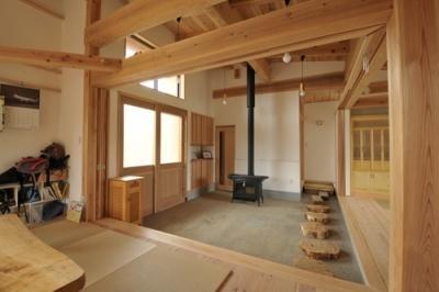 薪ストーブのある玄関土間 (雉やまの家)