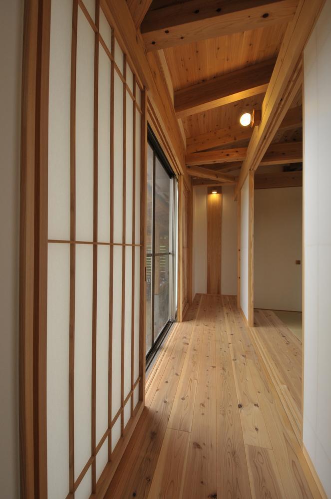 雉やまの家 (木のぬくもり感じる廊下)