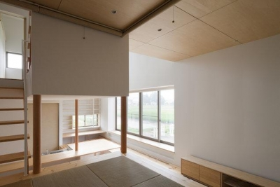 畳スペースから全体を眺める(撮影:上田宏) (読書する家)