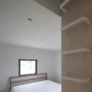 読書する家の写真 シンプルなベッドルーム(撮影:上田宏)