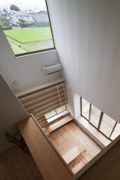 読書する家 (最上階のホールから見下ろす(撮影:上田宏))