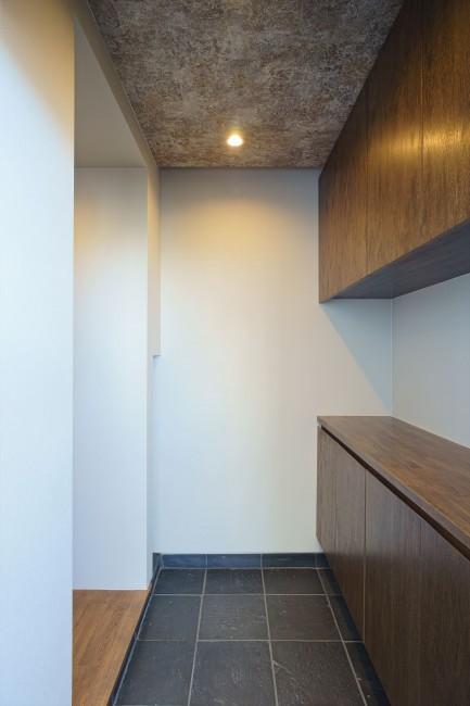 神泉リノベーション(東京都目黒区S邸)の部屋 落ち着いた雰囲気の玄関(撮影:樽井利和)