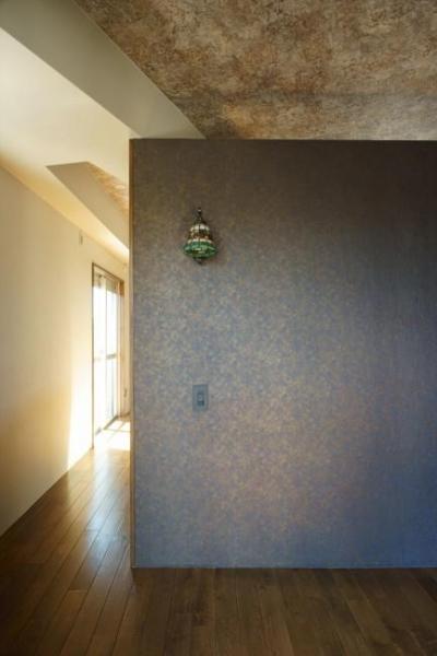 寝室からリビングの方向を見る(撮影:樽井利和) (神泉リノベーション(東京都目黒区S邸))