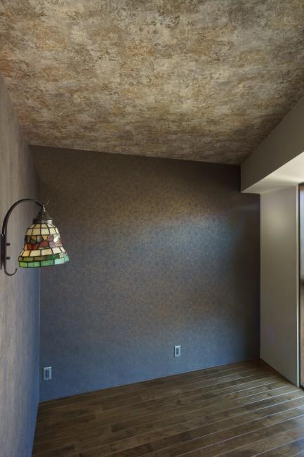 神泉リノベーション(東京都目黒区S邸)の部屋 シックなベッドルーム(撮影:樽井利和)