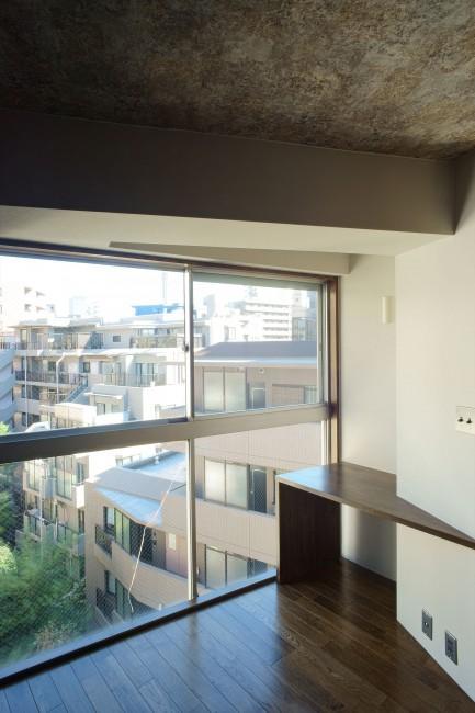 神泉リノベーション(東京都目黒区S邸)の部屋 陽ざしのある書斎スペース(撮影:樽井利和)