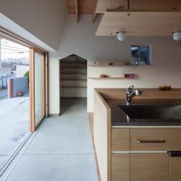 キッチン側から玄関ホールを見る(撮影:小川重雄)