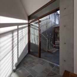 東区 アオダモの家 (日差しが差し込む玄関(撮影:車田写真事務所))