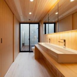 東区 アオダモの家 (木のぬくもり感じるトイレ(撮影:車田写真事務所))