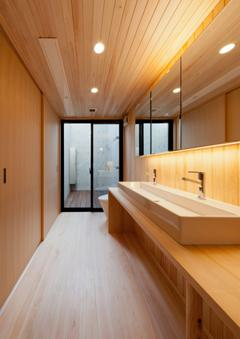 東区 アオダモの家の写真 木のぬくもり感じるトイレ(撮影:車田写真事務所)