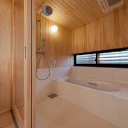 東区 アオダモの家 (木のぬくもり感じる浴室(撮影:車田写真事務所))