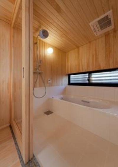 木のぬくもり感じる浴室(撮影:車田写真事務所) (東区 アオダモの家)