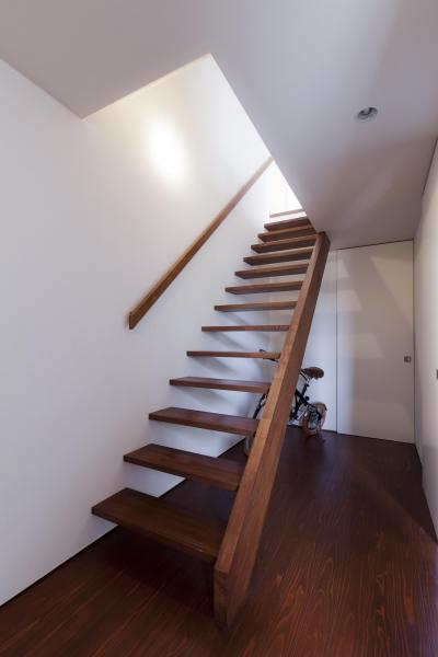 階段 (コンパクトだけどゆったりした家)
