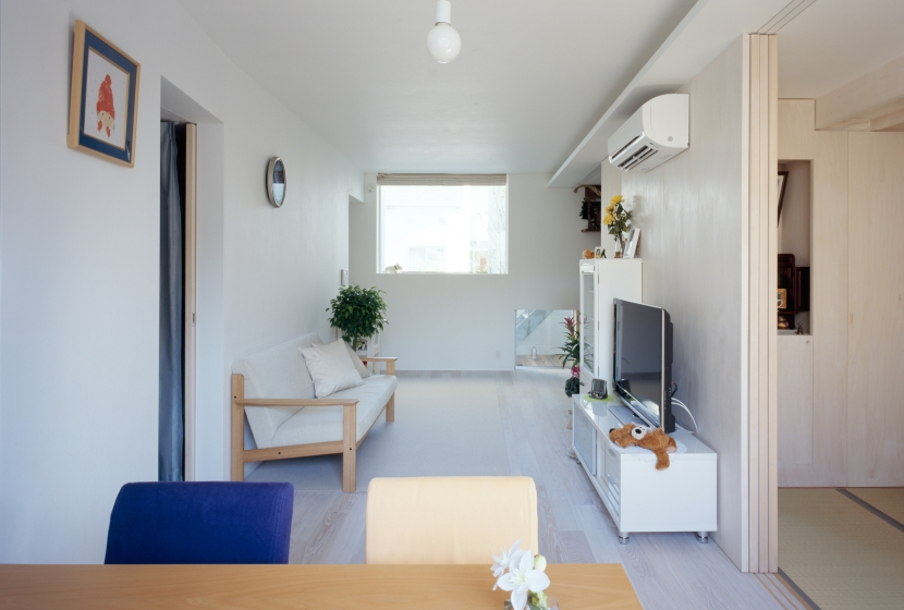 光と風を共有する家の部屋 明るい一階のリビング