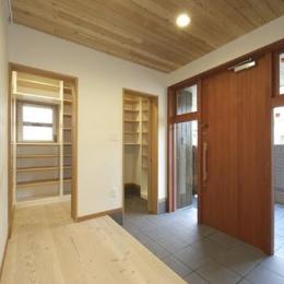 浜寺公園の家#薪ストーブのある吹き抜けリビング (広々玄関)