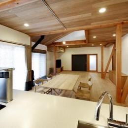 浜寺公園の家#薪ストーブのある吹き抜けリビング (キッチンからリビングを眺める)
