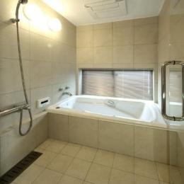浜寺公園の家#薪ストーブのある吹き抜けリビング (広々浴室)