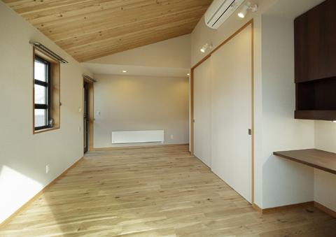 浜寺公園の家#薪ストーブのある吹き抜けリビング (ベッドルーム1)