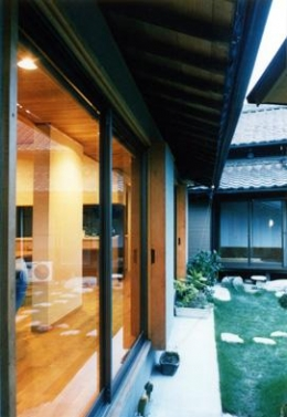 朝日町のSOHO (庭を挟む二世帯住宅)