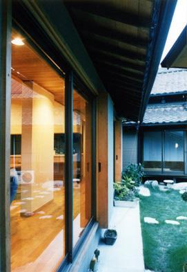朝日町のSOHOの部屋 庭を挟む二世帯住宅