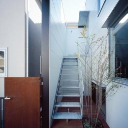 光と風を共有する家-二世帯の共用エントランス