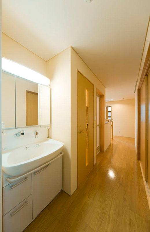 花游雲月亭(大谷邸)の写真 2階洗面スペースと廊下(撮影:幸田青滋)