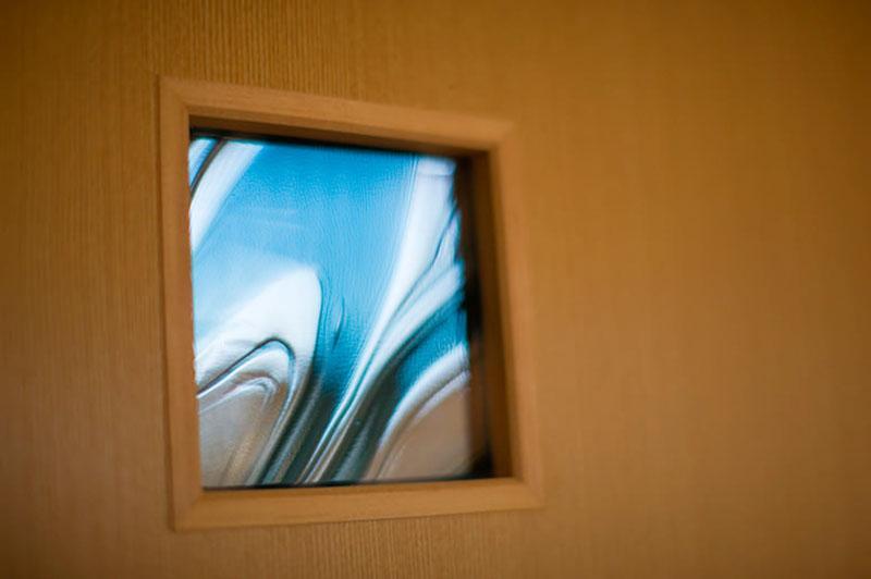 花游雲月亭(大谷邸)の写真 ドアのステンドグラス(撮影:幸田青滋)